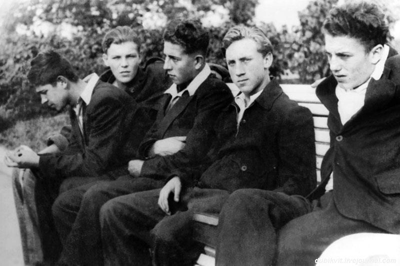 1955 год. Владимир Высоцкий с одноклассниками перед выпускным вечером на ВДНХ. Фото Романа Денисова.jpg