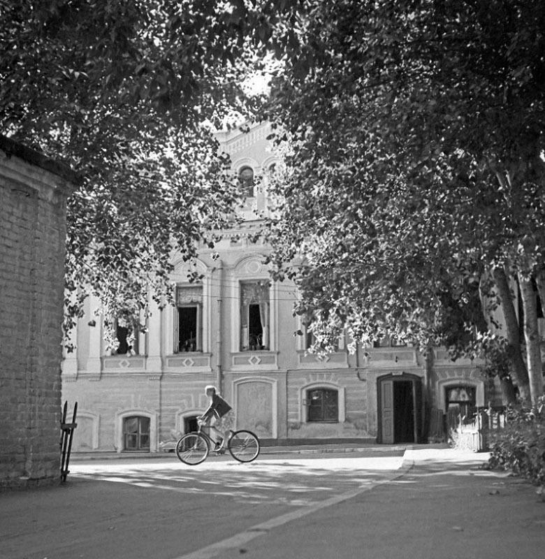 Весна в двориках Старосадского переулка. Автор Степанов Владимир, 1950.jpg