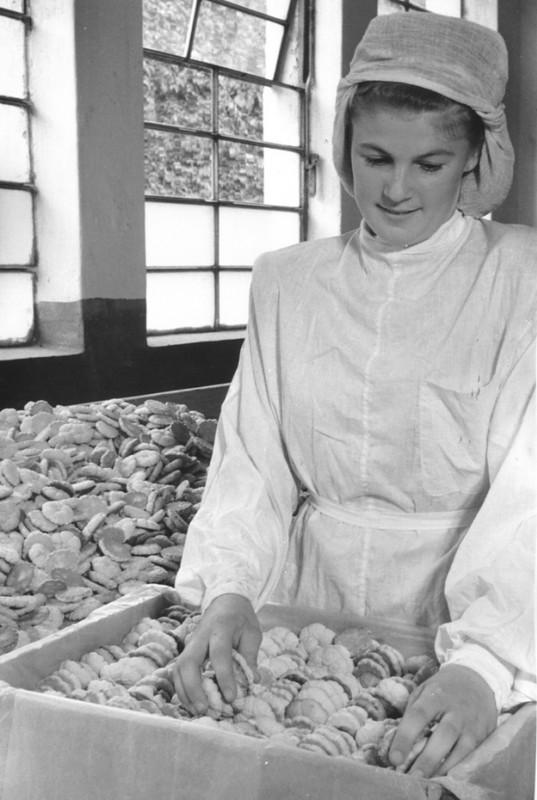 На кондитерской фабрике. Автор Хорунжий Николай, 1952.jpg