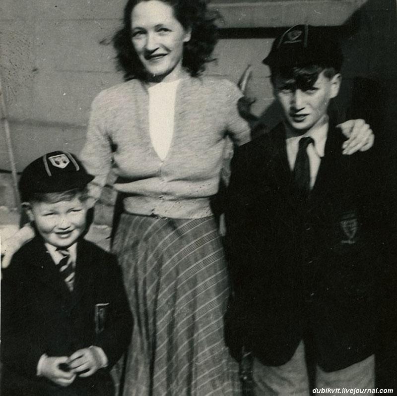 1163 Джон Леннон в возрасте 11 лет справа, со своим двоюродным братом Дэвидом Берч и тетей Харриет, Woolton 1952год.jpg