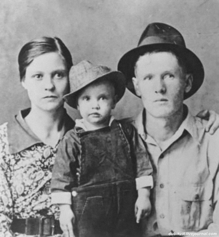 1168 Маленький Элвис Пресли с родителями.jpg