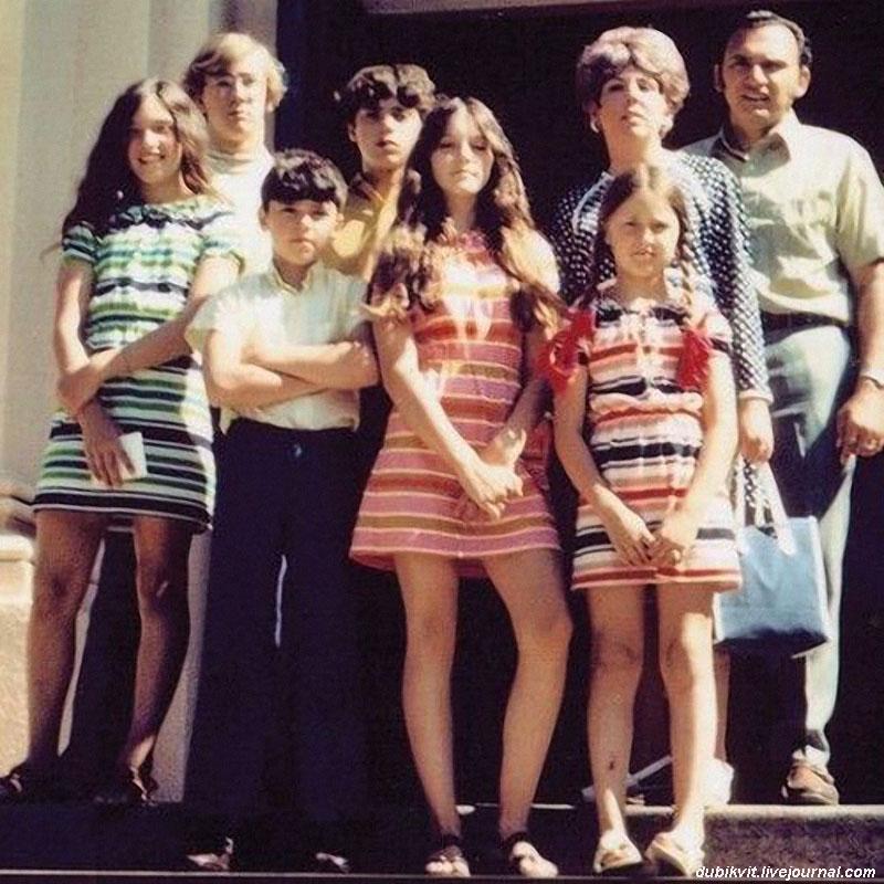 1170 Мадонна (в середине) с семьей, 1970 г.jpg