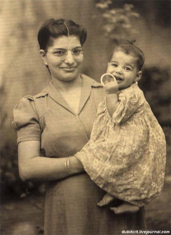 1172 Фреди Меркури с мамой, 1947.jpg