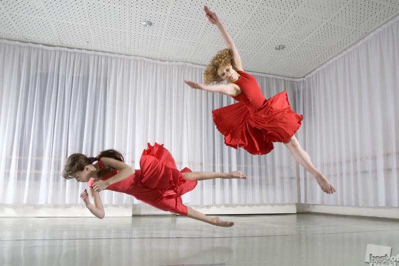 Девочки в красном. Автор Ольга Макарова.jpg