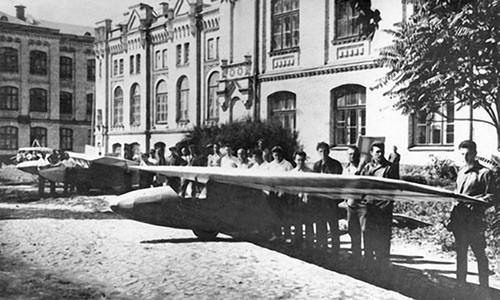 05 Парад планёров во дворе Киевского политехнического института. 6й справа – студент КПИ Сергей Королев, 1925 год.jpg