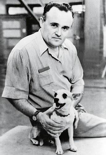 21 Королев с собакой Стрелкой перед ее запуском в космос, 1960 год.jpg