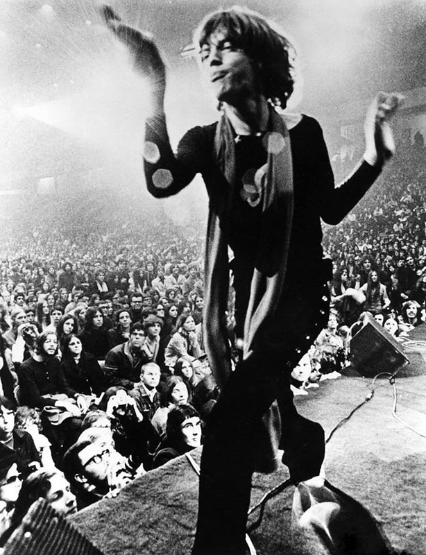 542 Мик Джаггер на сцене, 1969.jpg