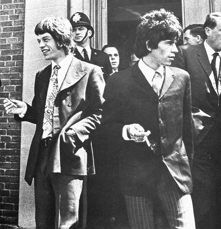 550 Мик Джаггер и Кит Ричардс покидают здание суда - 1967.jpg