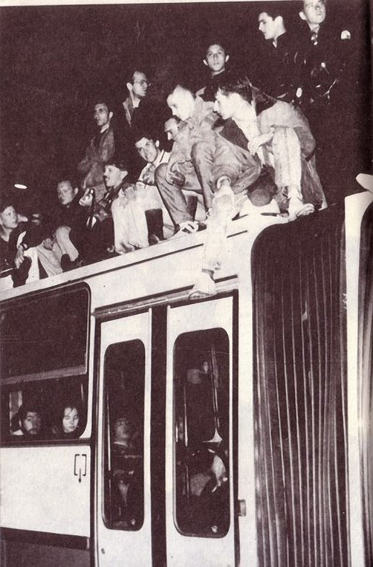 022 Гарик Сукачёв на крыше троллейбуса возле Белого дома. Август 1991 года.jpg