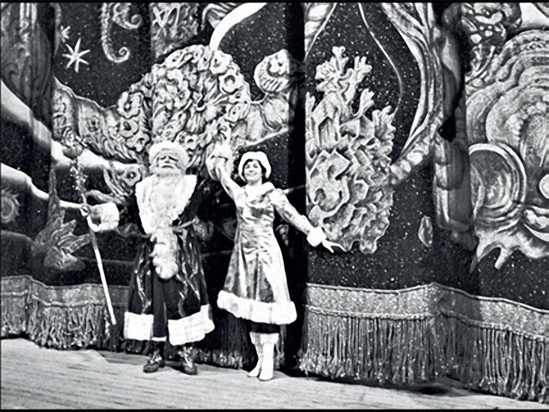1980. Москва. Дед Мороз и Снегурочка приветствуют гостей Детского музыкального театра.jpg