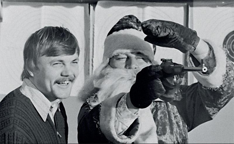 1981. Киргизия. Олимпийский чемпион по стрельбе из пистолета А.Мелентьев учит Деда Мороза бить в десятку.jpg