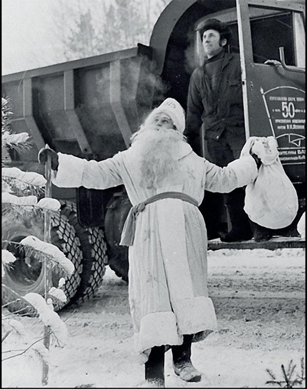1975. Бригадир плотников М.Фистик поздравляет рабочих центральной базы СМП-391 управления Ангарстроя, расположенной в поселке Магистральном.jpg