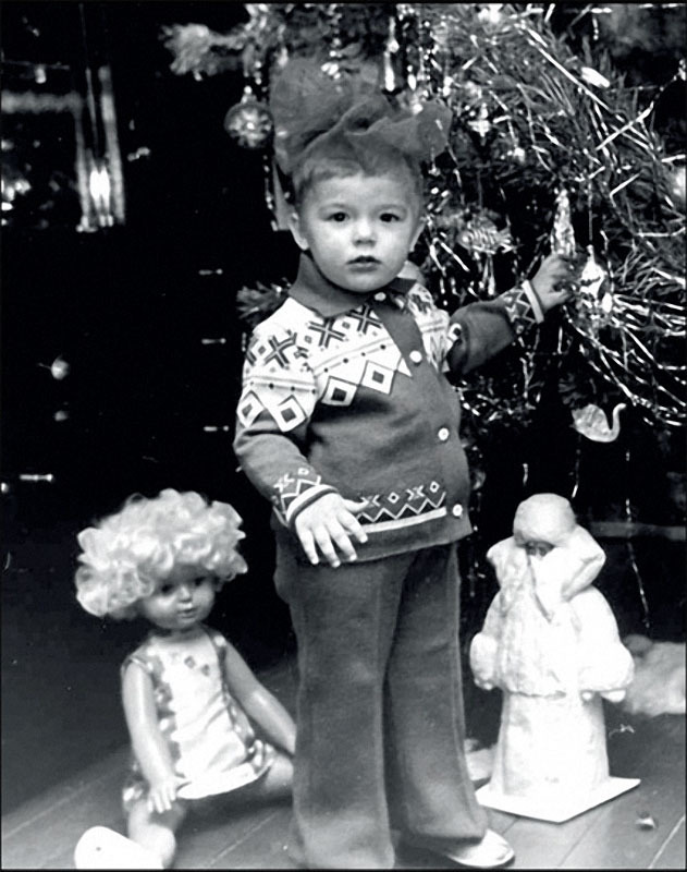 1976. Москва. Ребенок под елкой сам похож на подарок.jpg
