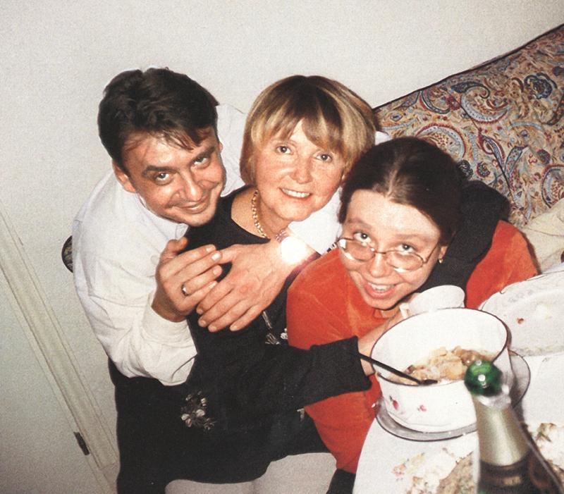 1153 Антон Табаков с сестрой Сашей и мамой Людмилой Крыловой.jpg