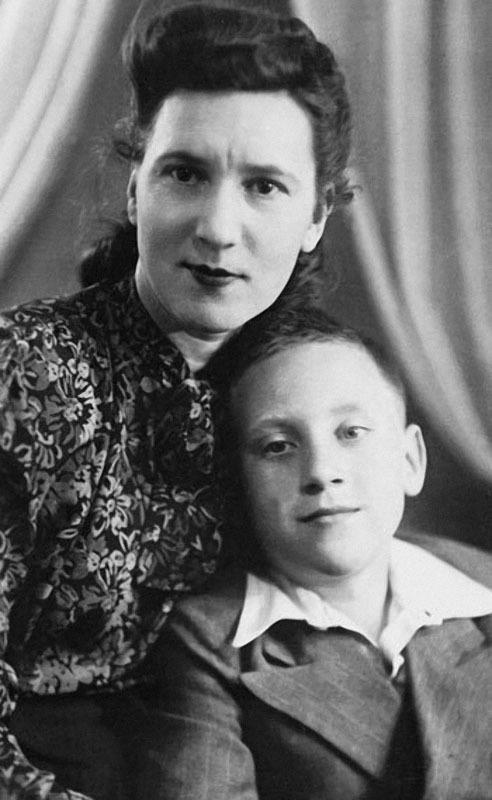 1161 Нина Максимовна Высоцкая с сыном Володей Высоцким. 1950 г..jpg