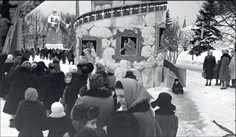 1962. Вавилонская башня в Тайнинском саду Кремля. Сзади — огромная статуя Деда Мороза.jpg