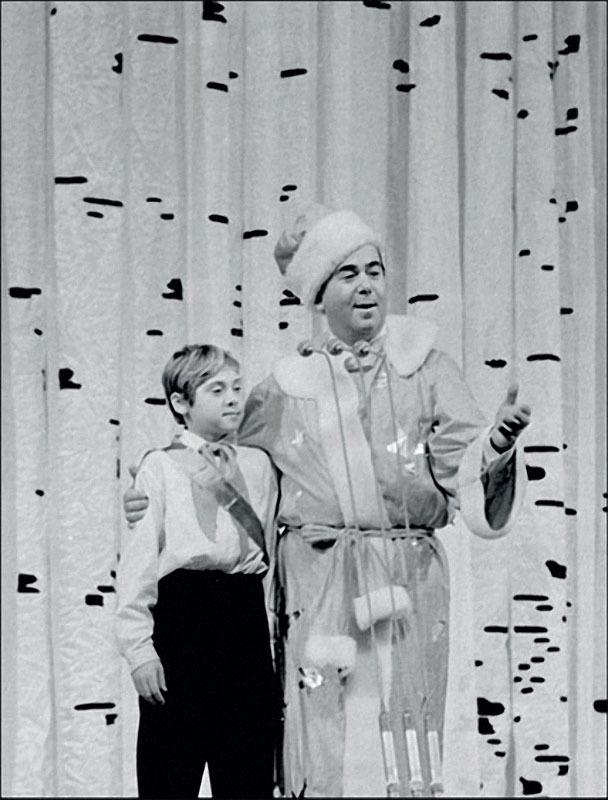 1965. Конферансье Борис Брунов и пионер — Новый год на молодежном балу в Кремле.jpg