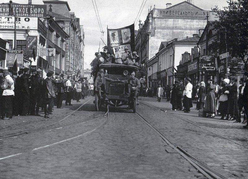 Агитационный автомобиль на Мясницкой. Москва. 1924 г.jpg