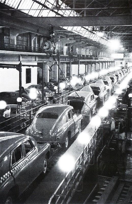 Главный конвейер Горьковского автозавода. Автомобили Победа. 1947 г.jpg