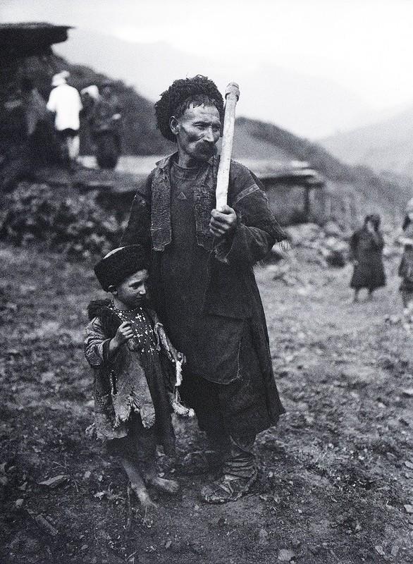 Горный аул. Горец с сыном. 1929 г.jpg