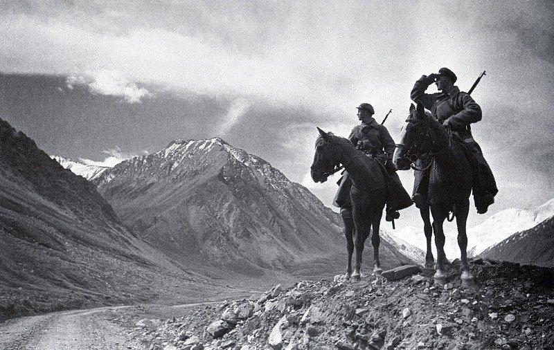 Дозор в горах. Пограничники на Памире. 1937 г.jpg