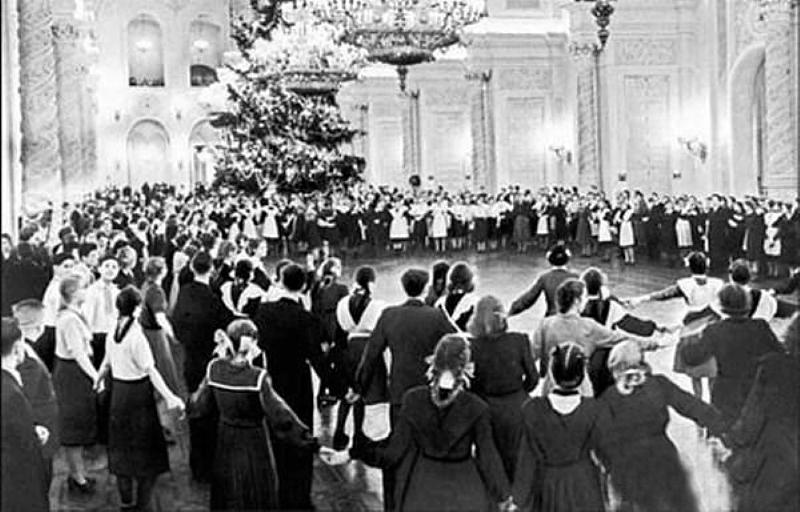 1953. Новогодняя елка в Георгиевском зале Кремля.jpg