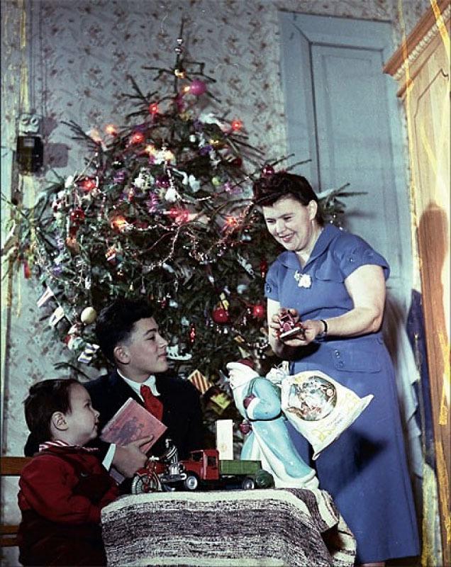 1954. Знаменитый фотограф Эммануил Евзерихин запечатлел свою семью у елки.jpg