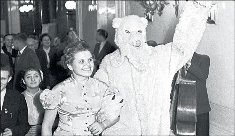 1958. Медведь всегда был героем официального Нового года.jpg