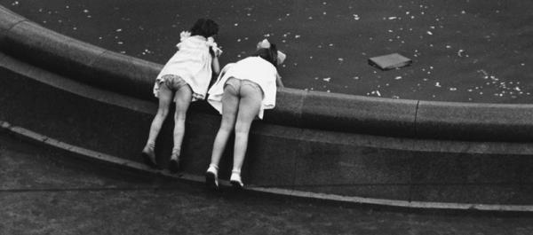 У фонтана. Автор Лагранж Владимир, 1961.jpg