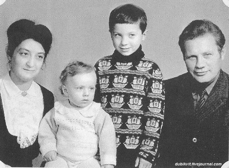 1133 Братья Самойловы с родителями.jpg