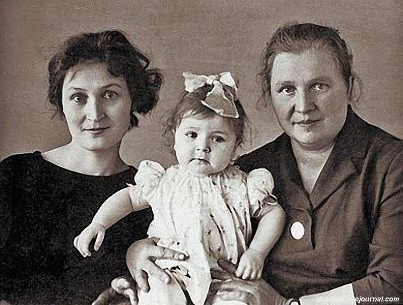 1136 Жанна Агузарова с мамой Людмилой Савченко и бабушкой Олимпиадой Петровной, 1960-е.jpg