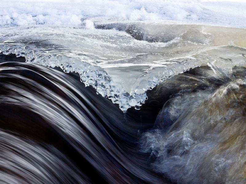 Фото сделано на краю небольшого потока в Летимаки, Финляндия. Лед только начал таять, обнажая под собой воду. (Kyle Ueckermann)