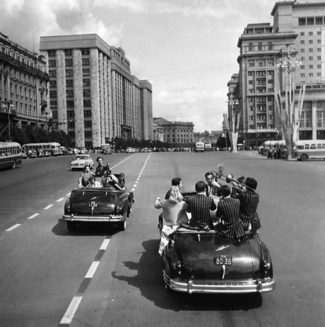 Михаил Трахман «Фестиваль молодежи и студентов. На улицах Москвы», 1957.jpg