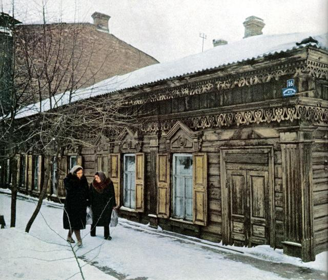 165 Старинный дом в Иркутске. Автору такие дома очень понравились, хотя его агитировали снимать не эти ''развалюхи'', а новые 5-9 этажные кварталы.jpg