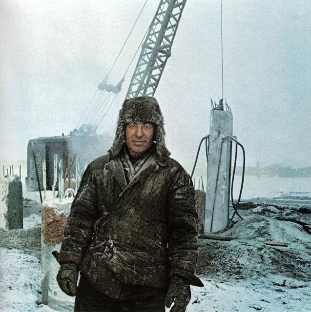 166 Строитель в Якутске. Вечную мерзлоту растапливают паром, после чего забивают сваи на глубину 10 м, и дают им вмерзнуть.jpg