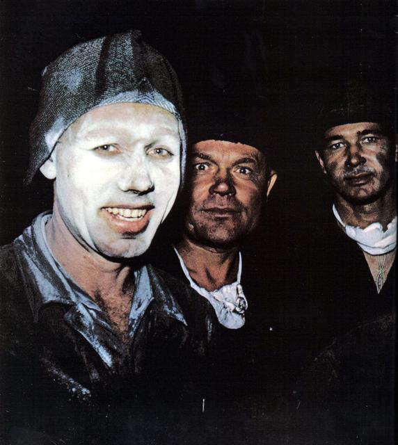 170 Рабочие завода. Один из них покрывает лицо пудрой, чтобы защитить кожу от мельчайших частиц углерода.jpg