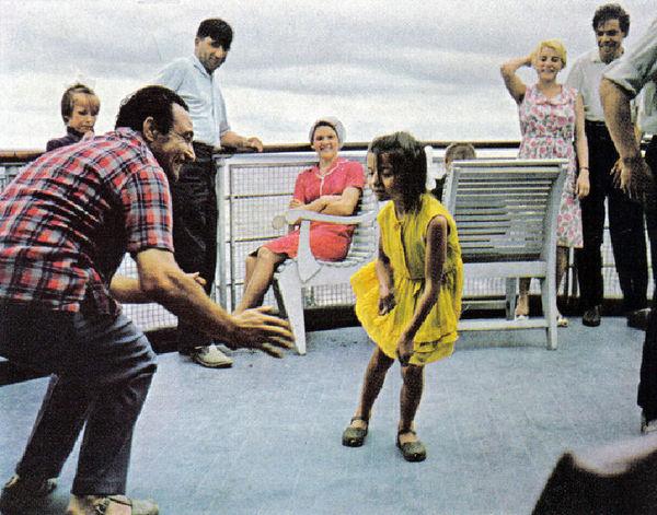 172 На палубе теплохода один из гидов учит девочку танцевать твист.jpg