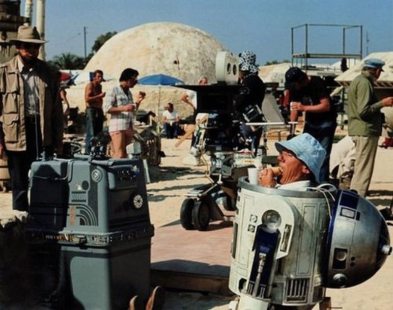 «Звездные войны» R2D2 перекусывает бутербродом в перерыве между съемками.jpg