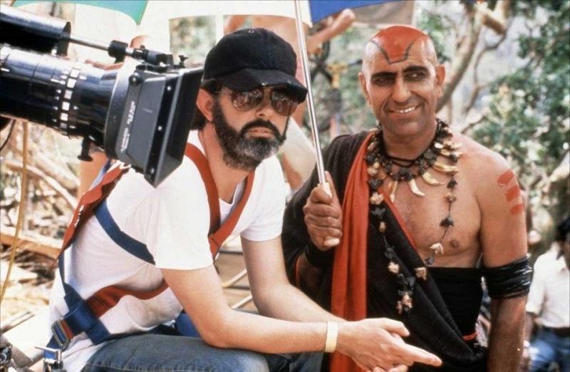 «Индиана Джонс и храм судьбы» Джордж Лукас и Амриш Пури отдыхают под зонтиком.jpg