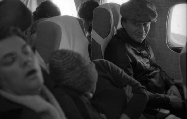 Александр Ширвиндт, Андрей Миронов, Мария Голубкина в самолёте. Автор Арутюнов Виталий, 1970.jpg