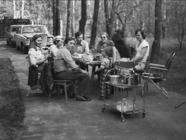 В. Высоцкий и М. Влади на даче у фотографа Плотникова в Переделкино. Автор В. Плотников, 1975.jpg