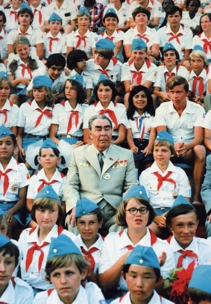 Л. И. Брежнев в гостях у Артековцев. Автор Мусаэльян Владимир, 1979.jpg
