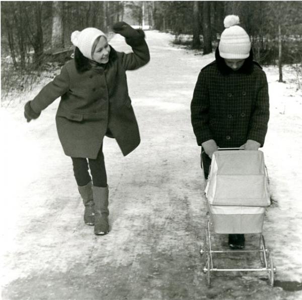 На прогулке. Автор Филиппов Николай, 1973.jpg