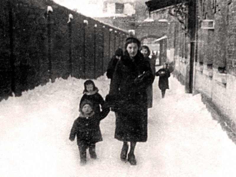 1125 Нина Максимовна Высоцкая с сыном Володей. Фото января 1940 года.jpg