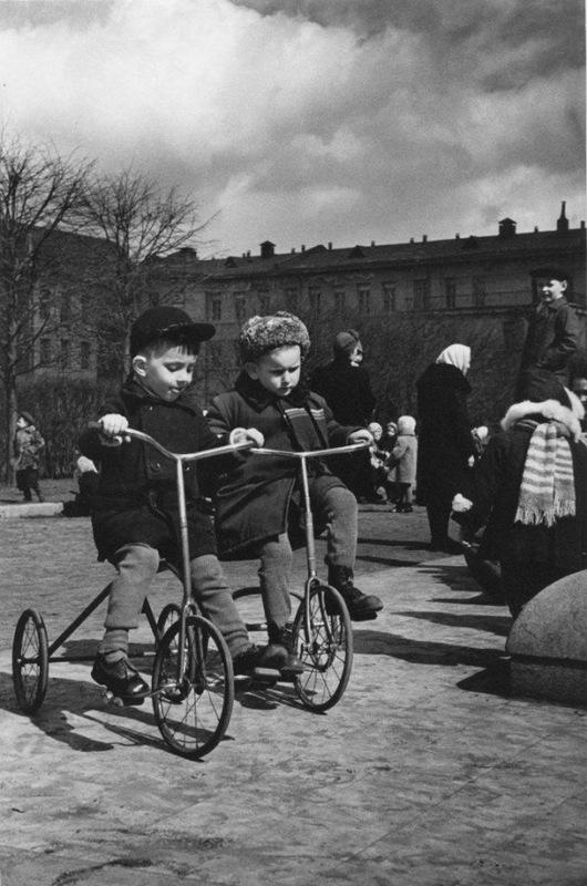 Велосипедисты. Автор Евзерихин Эммануил, 1950-е.jpg