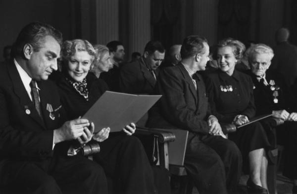 Г. Александров, Л. Орлова, С. Лемешев, М. Ладынина, А. Гольдейвейзер после получения наград. Автор Гостев Алексей, 1950.jpg