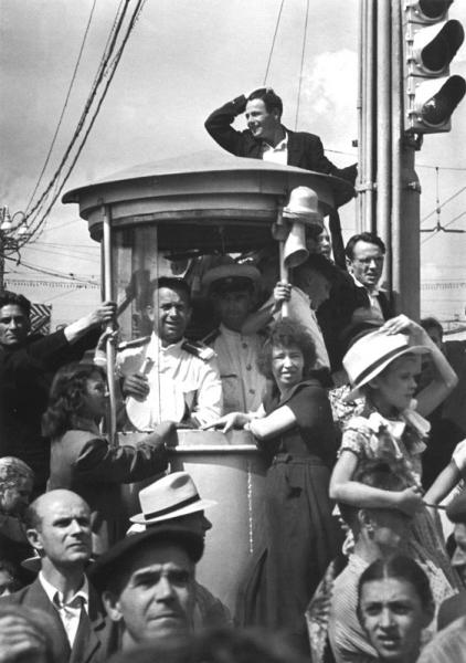 Милицейский стакан в дни фестиваля. Автор Лазарев Леонид, 1957.jpg