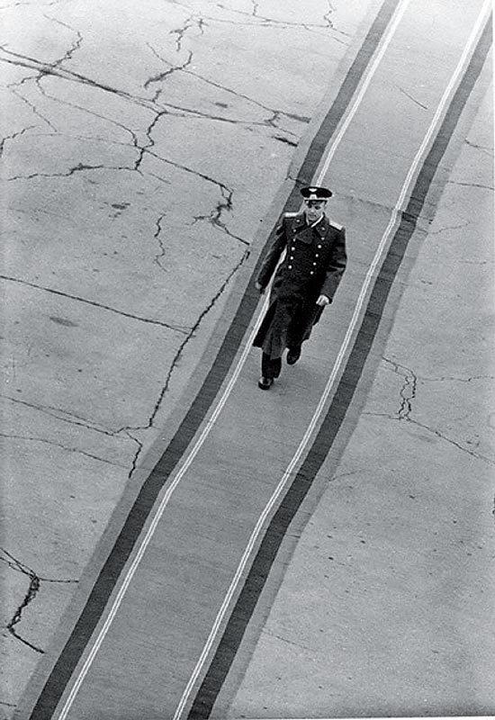 Валерий Генде-Роте «Ю. Гагарин на дорожке почета», 1961.jpg