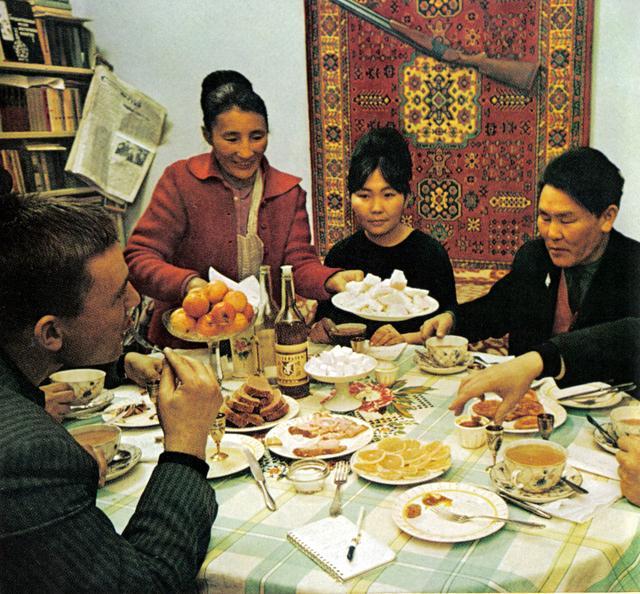156 в гостях у семьи скульптора Семена Пестерова (он справа). Слева - гид и переводчик, советский журналист Евгениий Ружников.jpg