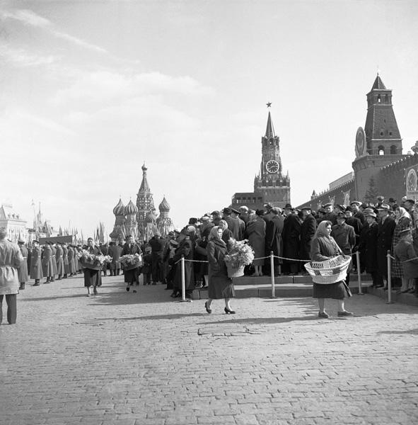 В ожидании Гагарина. 14 апреля 1961 года. Автор Волков Эрвин, 1961.jpg
